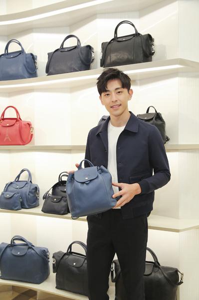 """邓伦现身Longchamp「珑骧」上海旗舰店,出任""""一日店长"""""""