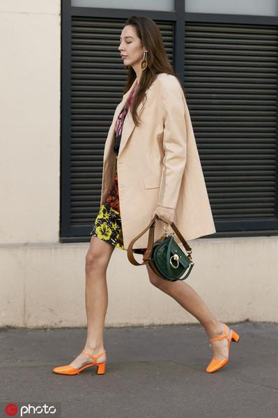 大家都在穿亮色的夏季,時髦的人卻偏愛吃土色