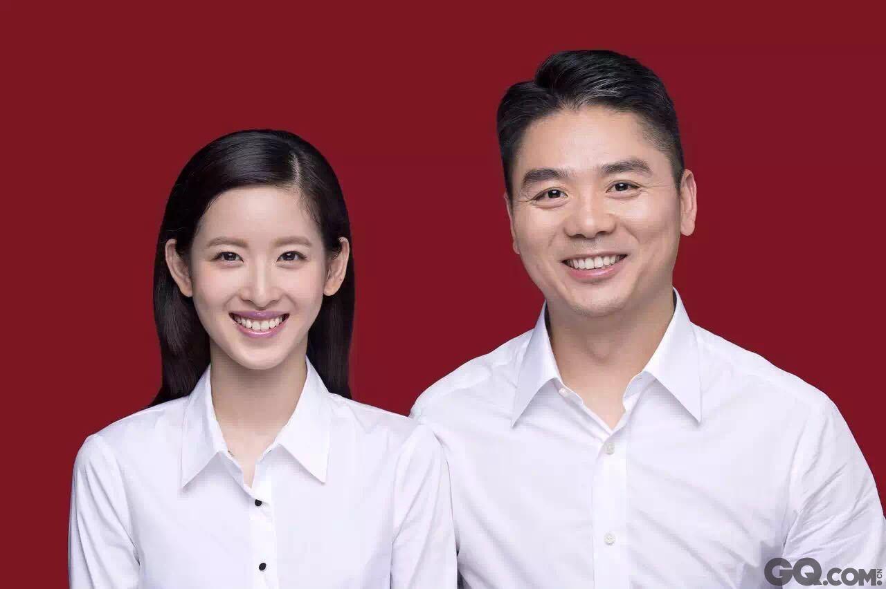8月8日,京东创始人兼CEO刘强东已与奶茶妹妹章泽天在朝阳区民政局领证结婚。现场刘强东搂着奶茶妹晒结婚证。