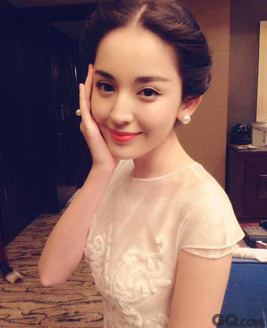 新疆妹子天生颜值占优势,加上娜扎白嫩的肌肤,在人群中就是焦点,剪短头发后整个人更加清爽时尚了,这张脸堪称完美。