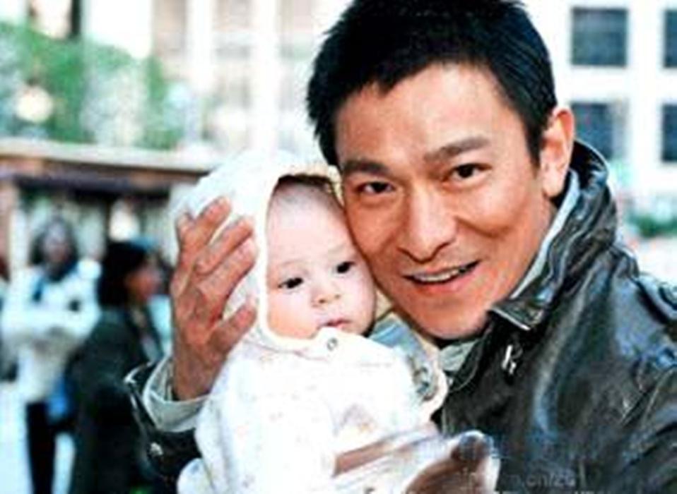 刘德华(Andy Lau),1961年9月出生于香港,演员、歌手、词作人、制片人、电影人,影视歌多栖发展的代表艺人之一。曾经的四大天王,曾经的辉煌,过多的介绍已经不需要了,不认识他真的就是你个人的原因了。刘德华女儿刘向蕙(小龙女,Hanna),2012年5月9日出生于香港。刘向蕙出生后,少数看过刘向蕙的面貌圈内人士称,女儿的鼻子大眼很像妈妈朱丽倩,耳朵则像天王爸爸刘德华,长得眉清目秀,将来长大后一定是个大美人。不过在对于家庭隐私方面,刘德华一向保护的很好,不像其他明天整天晒娃,不过如此可爱的小公举是不是该拿出来晒一晒让我们养养眼了呢?