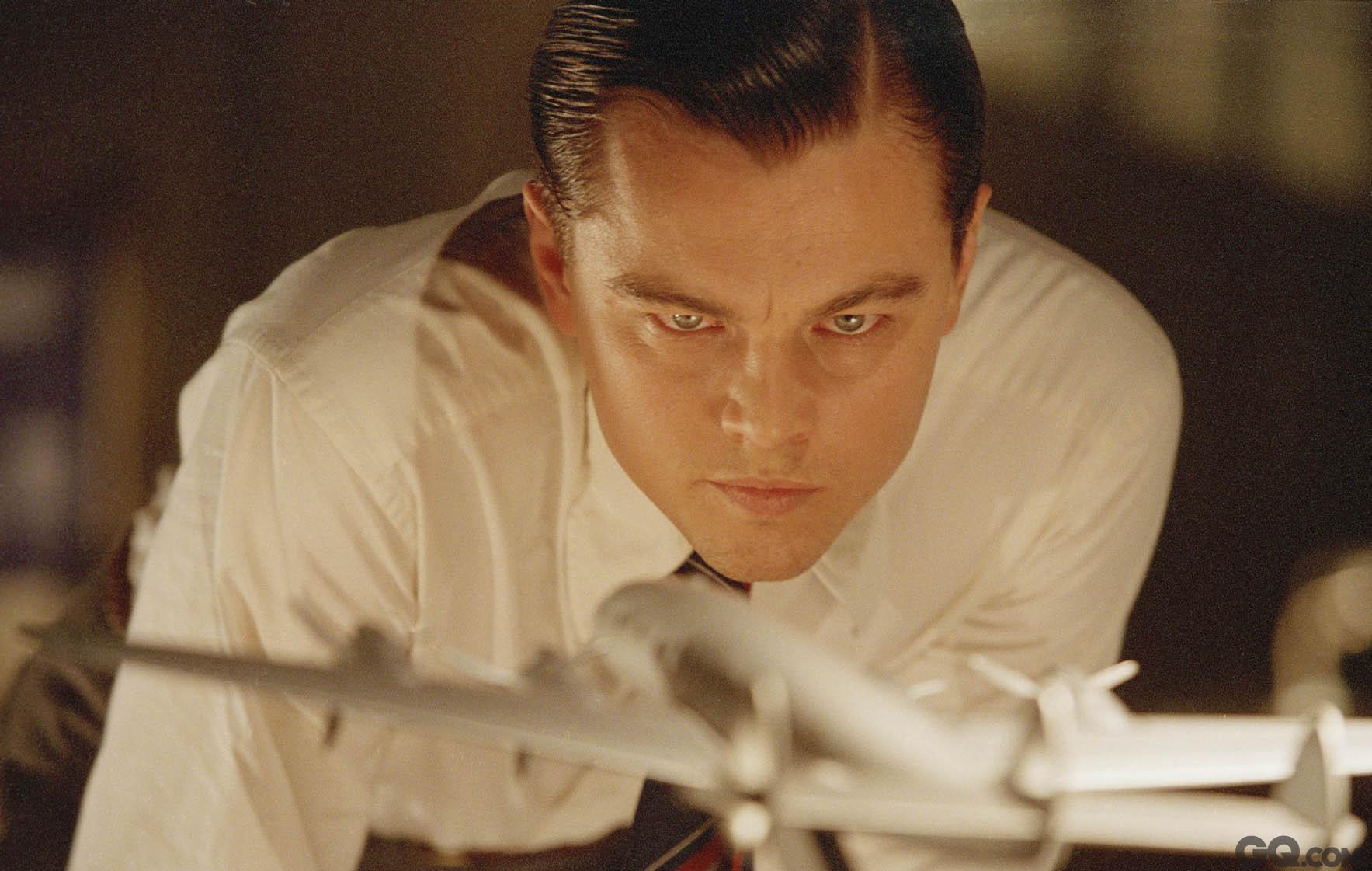 《飞行家》(最佳男主角提名) 最终获奖者:《灵魂歌王》杰米·福克斯 错失原因:作品较轻,对手强大 凭借《泰坦尼克号》在全球爆红,但莱昂纳多并不满足于当偶像派,而是开始执着地追寻起了演技与奖项。2002年斯皮尔伯格的《逍遥法外》让他获得了金球奖的提名;不过,2004年马丁·西科塞斯的《飞行家》才正式让他展开了对奥斯卡的漫漫征程。不过,当年小李子的对手仍然强大,相比之下,他演技仍显稚嫩,而执导《飞行家》的马丁·西科塞斯也在寻求奥斯卡的认可。
