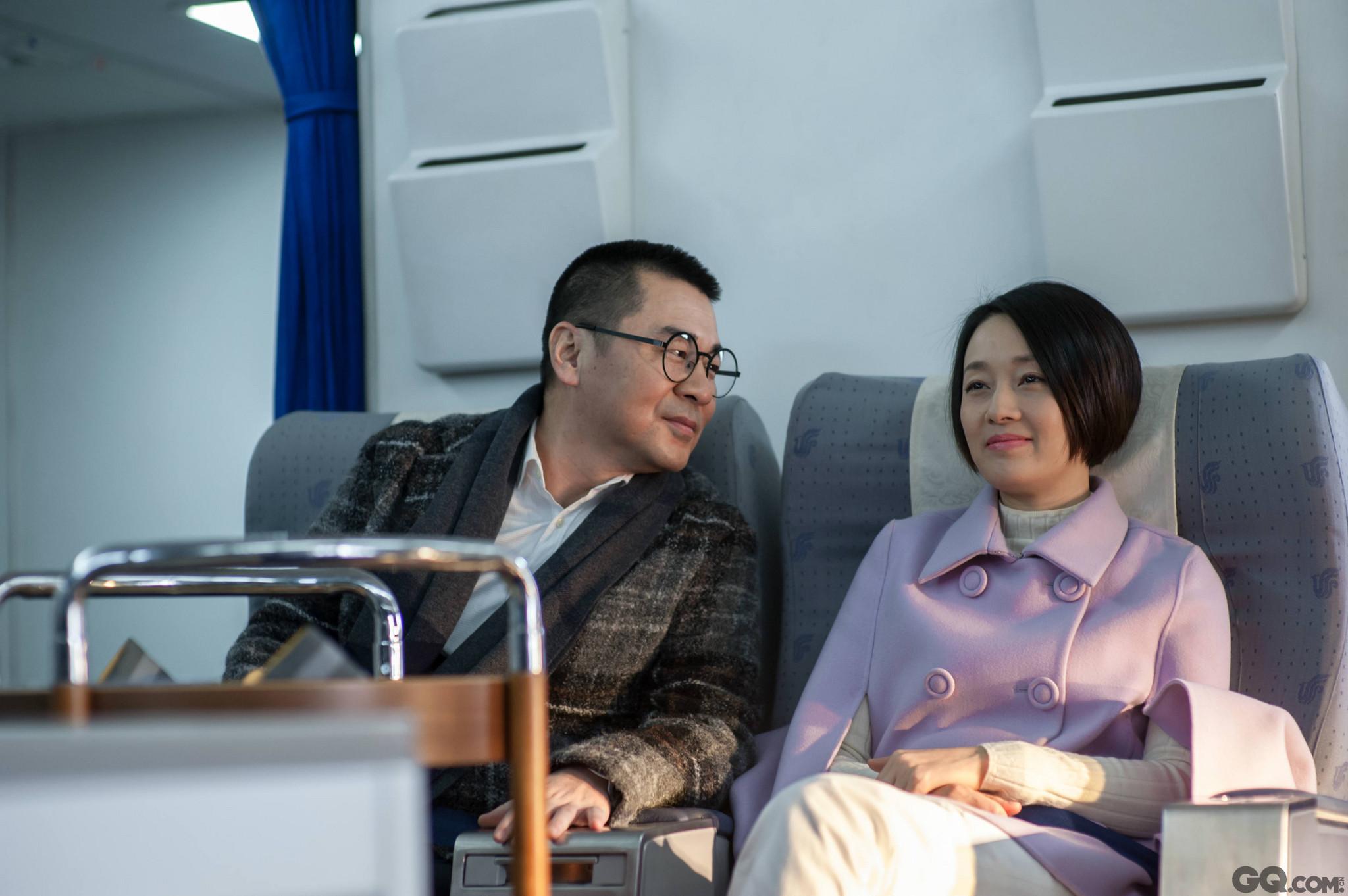 """值得一提的是,就在颁奖礼进行过程中,由陈建斌和马伊琍主演的电视剧《中国式关系》也在北京卫视、东方卫视开播,这两人也是继十年前《乔家大院》后的再度""""掐架"""",更为巧合的是,马伊琍5月21日刚刚在成都凭借《北上广不相信眼泪》受封第19届华鼎视后,看来《中国式关系》上演的不仅是十年老友的久别重逢,还是华鼎视后和影帝的巅峰对决。"""