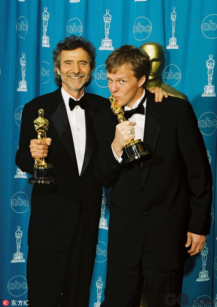 在2002年汉森与着名说唱歌手艾米纳姆合作推出《8英里》,用音乐表达出对生活的愤怒和不满的说唱歌手故事很快风靡全球,艾米纳姆也获得了第75届奥斯卡金像奖最佳原创歌曲奖。