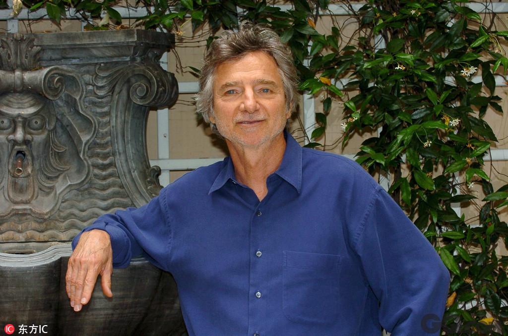 1987年,柯蒂斯·汉森还执导了向著名导演希区柯克致敬的《血窗迷魂》,该片的剧本也是由他创作;1990年他执导了《都市狂情》。