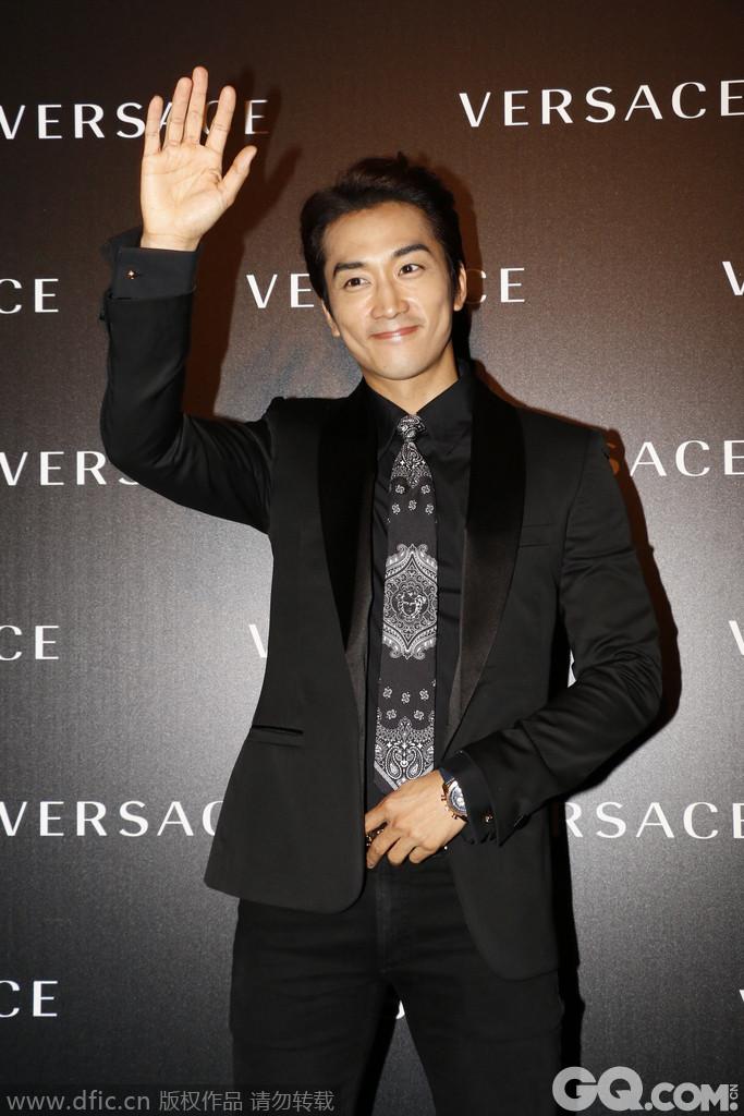 """韩国型男宋承宪近日现身香港,甫一出现便引起逾200名粉丝尖叫,他亦大方地与粉丝挥手及握手,更大赞粉丝的热情令他感动。谈到早前在上海与刘亦菲拍摄电影《第三种爱情》的感受,他直言能与出色的导演及演员合作,相当兴奋。显然,韩国男星在中国十分""""吃得开"""",总有一票韩国的长腿欧巴让中国女粉丝们恋恋不能忘。"""