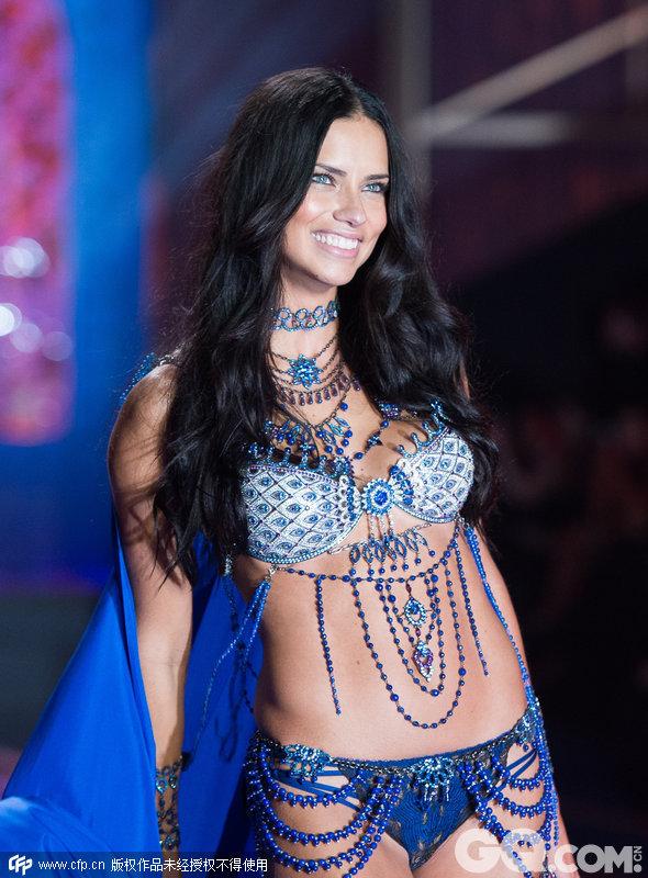 2014维多利亚的秘密内衣秀(2014 Victoria's Secret Fashion Show)。主题一:异国行者(Exotic Traveler)系列内衣。