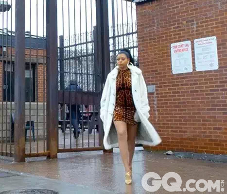"""剧中,男主角前妻Cookie Lyons穿着与17年前入狱时同样的紧身豹纹印花裙和Louboutin高跟鞋,身披大皮草、佩戴闪闪发亮的大金首饰大摇大摆地走出监狱,没错,她所演绎的正是90年代从美国黑人贫民窟所兴起的""""Ghetto Fabulous""""风格。"""