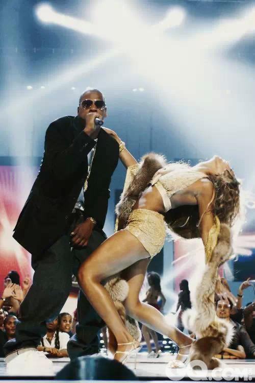 上世纪90年代,代表叛逆的嘻哈街头风格随着Hip-Hop音乐的风靡而在全世界流行开来。而各种黑人歌手领导下的各种时尚风潮也蔓延到现在。不管是《嘻哈帝国》中Cookie演绎的Ghetto Fabulous风,还是热衷嘻哈装扮的Rihanna或是Beyoncé的各种超豪华性感造型,黑人流行文化对全球风尚的影响显而易见。  Beyoncé超豪华闪亮造型