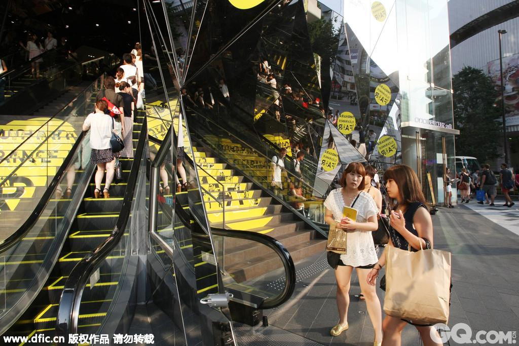 表参道和青山通是高档设计时装和名牌服饰店集中的地方,沿街店铺林立,还有不少设计师品牌。这一地区的衣饰自然价格较高,但即使不买东西,只是欣赏精心布置的橱窗和建筑,或者在路边的咖啡馆喝一杯下午茶,也能感受到东京高级时尚的气息。