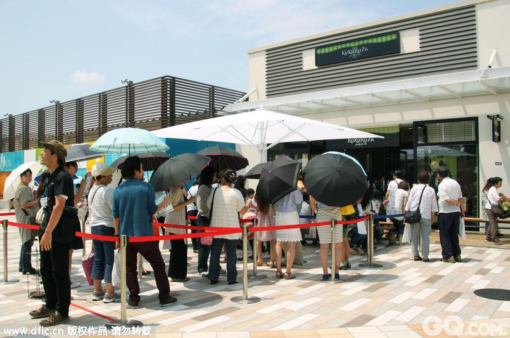 """完全扩建的日本千叶县""""三井奥特莱斯购物城木更津""""重新开业。新入驻的爆米花店门前排起了长龙。"""