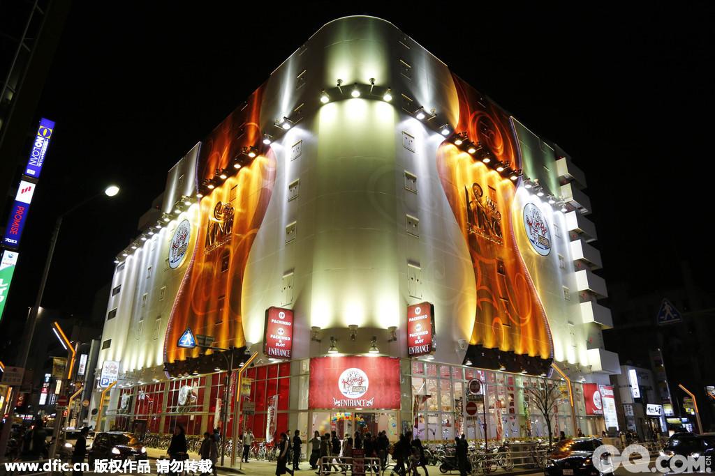 """2015年2月28日,日本名古屋,市中心的""""荣(Sakae)""""街区是知名的繁华商圈,规模巨大的地下商业街外,Sunshine Sakae、Lachic、以及老牌的三越百货等商城和各家专卖店都设在这里。这里也是中国旅游团抢购日本商品的重要购物点之一。"""