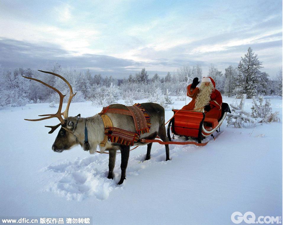 世界上唯一的圣诞老人村位于芬兰罗瓦涅米以北8公里的北极圈上,每年源源不断的游客从世界各地纷涌而至,为一睹圣诞老人的风采。踏入这片土地,你就能马上体会到浓厚的圣诞气息,盛装的圣诞老人,巨大的雪人、美丽的冰雕、缤纷多彩的圣诞树、随处可见的驯鹿、穿着传统服饰的拉普兰人等应有尽有。你千万不要小看居住在这里的圣诞老人哦!这里的圣诞老人接受过专业的训练,他们掌握30种语言的基本问候,常常在圣诞老人办公室中接待各地游客。他们仿佛是从各种明信片、小说、儿童故事里走出来的人物一般,带着童话而传奇的色彩!
