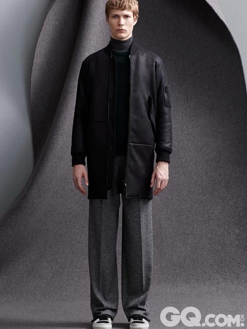 分层的卫衣和可拆卸的翻领设计,使衣服呈现出极简抽象的轮廓感。完美的将大地纹路、泥土色系与现代男装美学融合,构成了本季现代精致的2015秋冬系列。