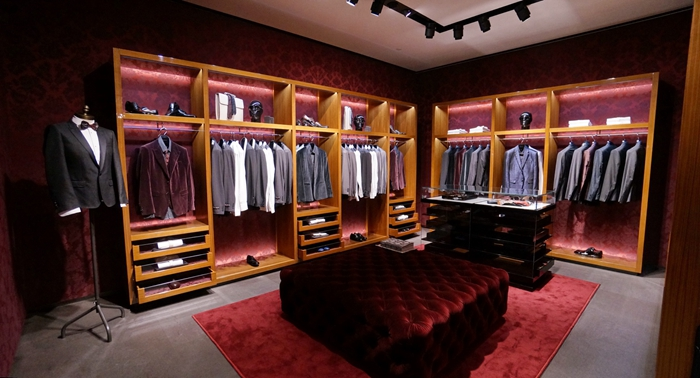 DOLCE & GABBANA 长沙首间DOLCE & GABBANA杜嘉班纳男装专门店设计以奢华的啡黑两色为主调,配上意大利黑石及玻璃衬托出西西利的高贵气派。全店面积约246平方米, 共有4个时装区域: Sartoria (西装礼服)、World(休闲服) 、Fashion(时尚服)及 Accessories (配饰), 让每位客人全方面尽享意大利的时尚奢华世界。