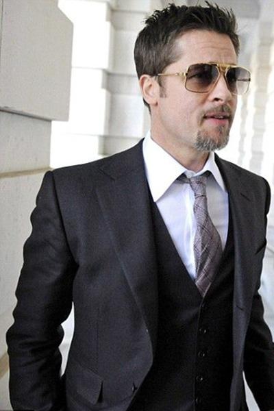 虽然留着银色的小胡子不过配上了墨镜与西装的皮特就更显男人味儿了。