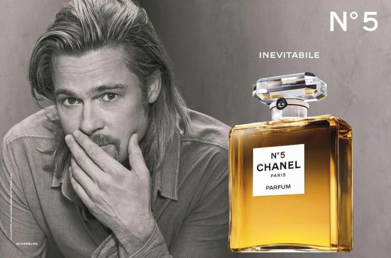 """作为全球知名度最高的香水,Chanel N°5简直就是神一样的存在,当年梦露的一句""""5号香水是我唯一带上睡床的东西"""",让这款香水开启了一个跨越世纪的传奇。所以Chanel在2012年选择了同为电影传奇人物的Brad Pitt为代言人。皮特的Chanel大片充分展现了他的熟男魅力,女人则对这款香水趋之若鹜,就像香水的广告词一样,Brad也同样无可替代。"""