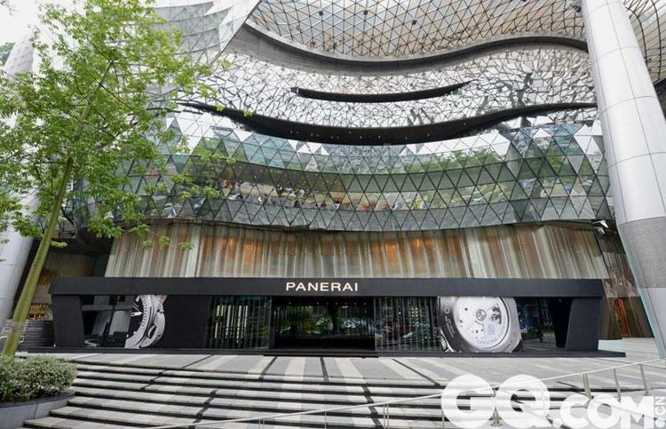 新加坡,2015年8月27日 ─ 意大利高级腕表制造商沛纳海昨日为「History and Legend」展览揭幕。展览位于沛纳海新加坡专卖店所在的IONOrchard 购物中心,展期至2015年9月6日,提供宝贵机会,让腕表爱好者亲身发掘品牌丰富的历史传统,并欣赏一系列代表沛纳海不同时期的腕表 杰作。 参观者可穿越时空,见证于1930、1940及1950年代时期,沛纳海腕表经典设计诞生的来龙去脉,并欣赏与原型尺寸相同的「慢速鱼雷」 - Siluro a Lenta Corsa (S.L.C.)(长7.5米,直径0.53米)模型。首艘S.L.C. 于1938 年由两位意大利海军Genio Navale(海军工程师)队长Teseo Tesei及Elio Toschi 设计,以配合勇敢的突击队于水底执行危险任务。当时,意大利海军突击队身穿厚重的「Belloni」潜水衣连橡胶面罩,内置氧气呼吸装置及含碱石灰的紧急人工呼吸器;后者可吸收二氧化碳,阻止呼气时因气泡