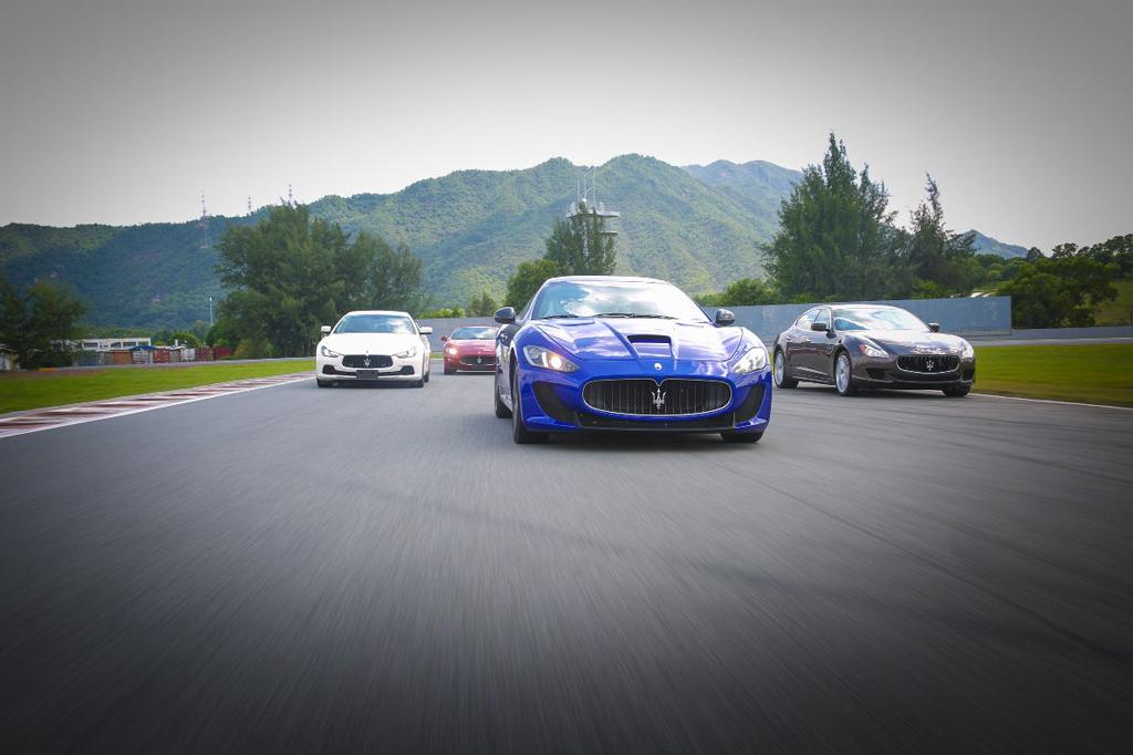 随着玛莎拉蒂Trofeo世界锦标赛在美国弗吉尼亚赛道燃起战火,玛莎拉蒂年度经典全系车型赛道试驾活动珠海站于9月3日在珠海国际赛车场拉开序幕,同样以纯正的赛道体验点燃玛莎拉蒂热爱者的热情。此次赛道试驾活动囊括玛莎拉蒂旗下最全明星阵容,包括:尊贵典雅的 Quattroporte总裁轿车,轻盈动感的Ghibli轿车、优雅率性的GranTurismo跑车和浪漫阳光的GranCabrio敞篷跑车亮相现场,为所有参与嘉宾献上了一场酣畅淋漓的极致赛道驾驶体验,致敬玛莎拉蒂传承百年的赛道传奇。