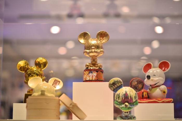 UNIQLO[优衣库]MAGIC FOR ALL概念店将于9月27日在上海淮海路UNIQLO SHANGHAI[优衣库上海]全球旗舰店五楼盛大揭幕,这是UNIQLO[优衣库]与华特迪士尼公司共同启动主题为MAGIC FOR ALL[服适人生,美妙体验]的全球性项目计划中的重要一步。作为全球首发的主题概念店,MAGIC FOR ALL概念店是UNIQLO[优衣库]与迪士尼消费品部全球跨界合作的作品,融合了品牌创新的商品、奇幻有趣的店铺,创意美妙的线上线下互动体验,为各年龄的消费者开启全新的奇幻美妙购物新体验。