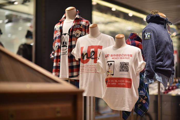 为凸显作为整个购物体验核心的独特与创新主题,UNIQLO[优衣库]推出全球首家UT FACTORY定制专区,并在中国首次推出UTme!定制T恤和My UNIQLO刺绣及徽章服务。选择自己喜欢的印花图案及特效设计T恤,亦或是利用徽章和刺绣来点缀现有的UNIQLO[优衣库]商品,设计并完成专属定制款。只要心中有MAGIC就能打造属于个人特色的UNIQLO[优衣库]商品,体验奇妙的定制之旅。