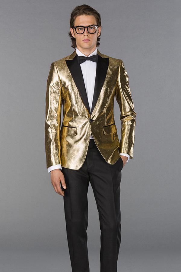 Dsquared2以青春时尚为主要风格,但同样也知晓西装的设计。在春季型录中推出了经典系列西装,展示现代修身西装的时尚。细条纹、双排扣,以及其他经典元素,都在本季男装有所体现。但其青春时尚的风格,让它同样推出了休闲装——皮夹克与拼接款潮流大衣。