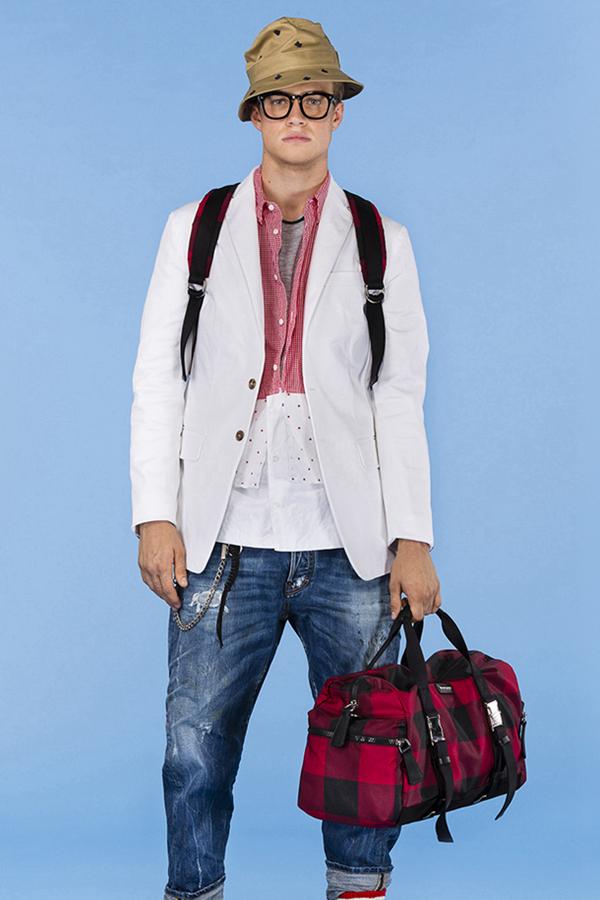 在2016年早春男装型录中,Dsquared2再次推出了受欢迎的年轻主题。Dsquared2以滑板男孩为设计风格,色彩缤纷的运动衫、款式独特的T恤,夺人眼球。除了滑板男孩,冲浪者、沙滩狂欢者,都给了Dsquared2设计灵感,紧身裤、连帽衫都充满时尚感与运动感。