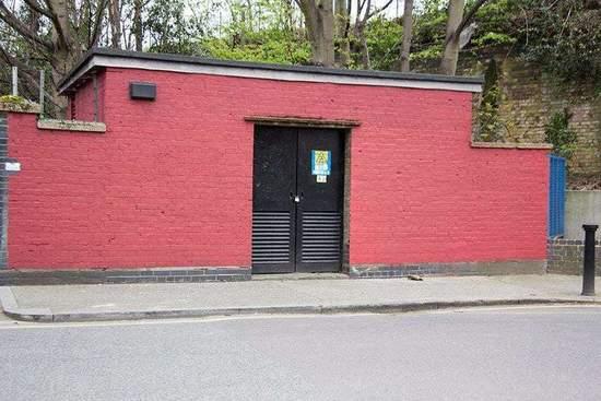 终于有一天,清洁工忍无可忍,干脆将变电站的整面墙都漆成了红色。