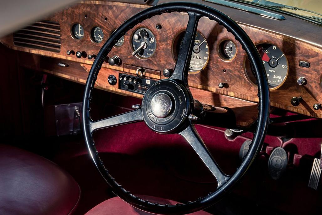 设计师简单的三笔将R-Type Continental带到人间:车头击碎空气的striking power line、后车轮拱的肌肉线条以及快速下坠的尾部线条。