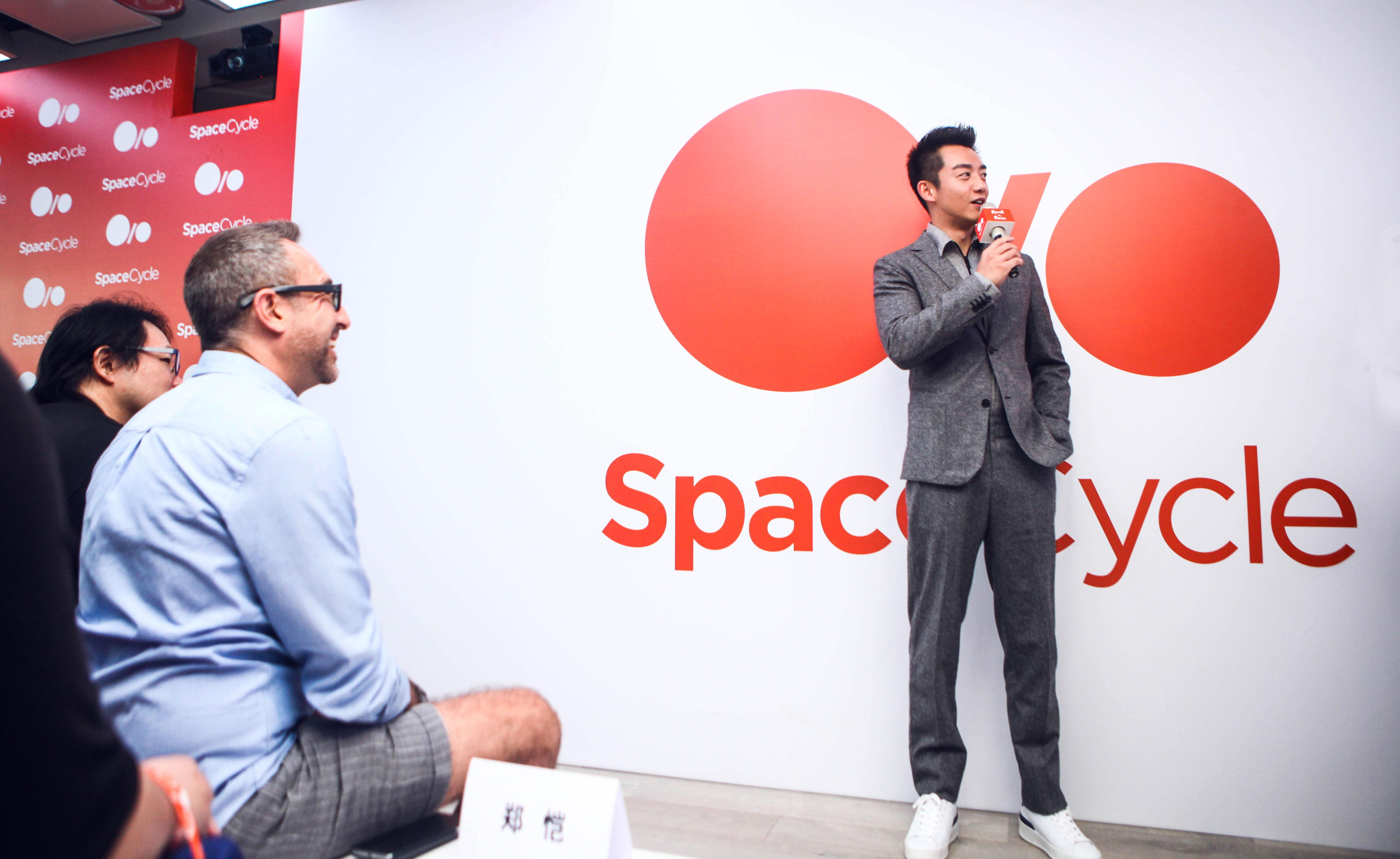 """当日,投资人的好朋友郑恺先生和吉克隽逸小姐也现身SpaceCycle开幕仪式现场。作为运动与音乐领域的时尚代表,两位嘉宾在现场分享了对于音乐与运动的理解。郑恺表示:""""我平时就热衷于各种运动,这已经成为我生活中的一部分。SpaceCycle以音乐激发运动热情,创造全新娱乐运动模式,并在运动过程中结识新朋友、分享音乐爱好,这是一件非常棒的事情!"""""""