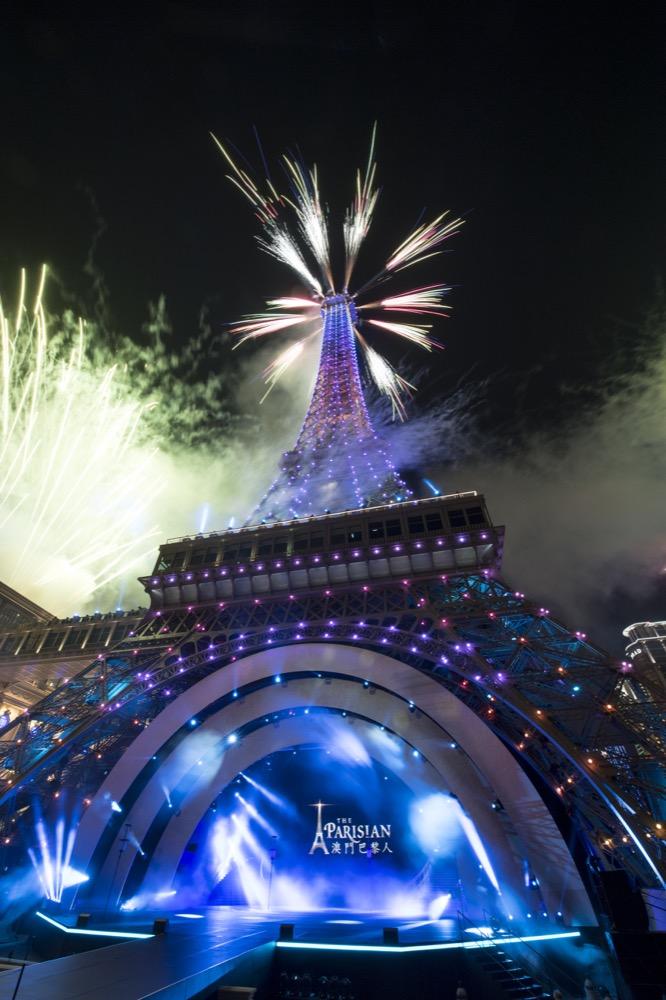 游览澳门金光大道你将被那按照原建筑物二份之一比例兴建,座落在澳门巴黎人酒店正门的巴黎铁塔深深迷倒。在巴黎原建筑物的浪漫氛围下,世世代代的名作家、艺术家、浪漫主义者及爱侣皆被熏陶及激励勇于追随各自的梦想。访澳旅客亦可于澳门巴黎人的巴黎铁塔下感受这番与别不同的氛围,说不定也能获得同样的启发。澳门巴黎人的巴黎铁塔定将成为游澳旅行时必到的新地标。