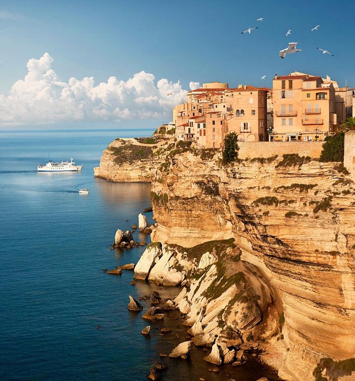九月份,法国的科西嘉岛是个不错的去处,游客们可以在海滩上享受温暖的日光浴。