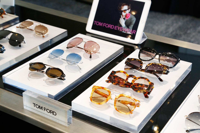 Tom Ford 2017年秋冬眼镜系列分别为男士及女士们推出了17款太阳眼镜和8款光学眼镜。系列包含了多款饰以奢华考究细节的经典款式,更包括各种以复古为灵感的镜架,并搭配怀旧色彩和金属细节。一如既往,以全新手法诠释经典造型,专为Tom Ford 带来独一无二、极具标志性的成品。