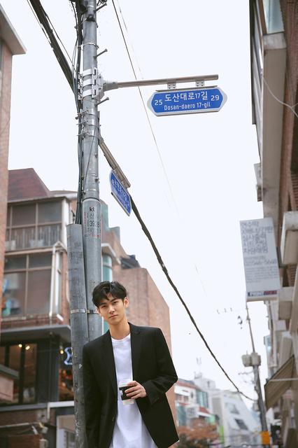 新人演员高赫一年初在《捉妖记2》虽戏份不多,但惊鸿一瞥也收获许多网友的热爱。此次在首尔拍摄的街拍充满了少年感。未来可期。