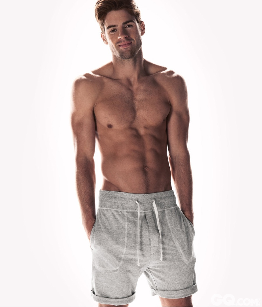 "T台,广告,杂志到处都有Chad White的身影,是全球最知名的男模之一。大家最熟悉他的样子一般都是他身着比基尼或内衣,很少有穿着衣服的,但是所有的品牌选择Chad White都用了一个概念,就是其阳光健康的""性感""形象。"