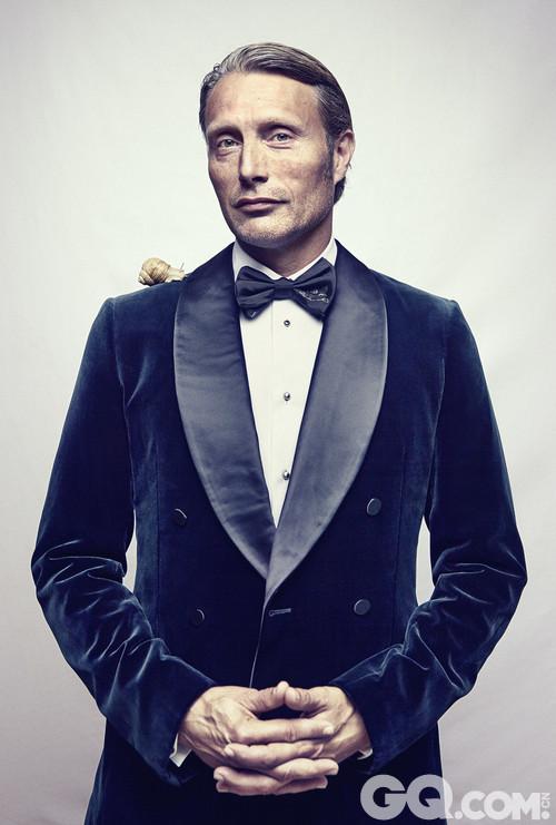相信大家一定记得他在电影《007——皇家夜总会》时出演大反派的表现,在赌局上的模样真的让人太著迷了,就算后来模样相当狼狈,还是丝毫不能削减他的帅气!