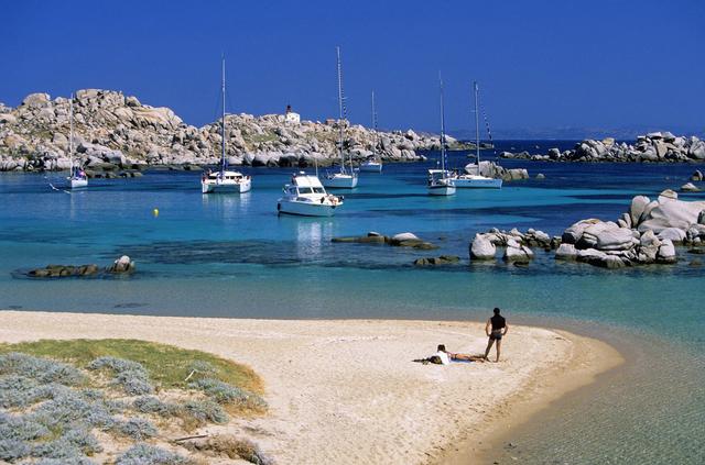 科西嘉是地中海第四大岛,位于法国大陆东南,这里也是拿破仑出生的地方,因而成名。科西嘉以其独特的海上山脉,湍急的水流,为世人展现出了一系列世上难得一见的美丽景象。南部干旱,有着长长的白色沙滩,在此驻足的游客会惊喜地发现这里还有着世界闻名的文化遗产,也正是这个原因使得到此漫步的人络绎不绝。走在竖立着路标的小道上,其中就有著名的GR20步行路,此路一直通向西北方的卡尔维(Calvi)附近,途中会经过萨尔德奈(Sartenais)的巨石时期的费利杜(Filitosa)遗迹,以及今天的海滨休养地普劳普丽亚挪(Propriano)、波多博罗(Porto Pollo)以及康普莫罗(Campomoro)