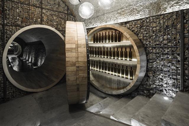 继全球著名的FX国际室内设计大赛2015年首次在伦敦颁给酒窖项目后,由Godolphin(哥德芬)设计的雨耕山酒窖再接连斩获素有全球设计风向标之称的美国IIDA2015亚太最佳设计金奖和ID2015年度最佳设计金奖两项大奖。在成功入围8项重量级别全球设计大奖,斩获其中最有份量的三项金奖后,雨耕山酒窖已经成功的把手工中国原创设计推到了国际舞台,完美诠释了西方文化与中国文化碰撞融合后发挥出的无穷魅力。