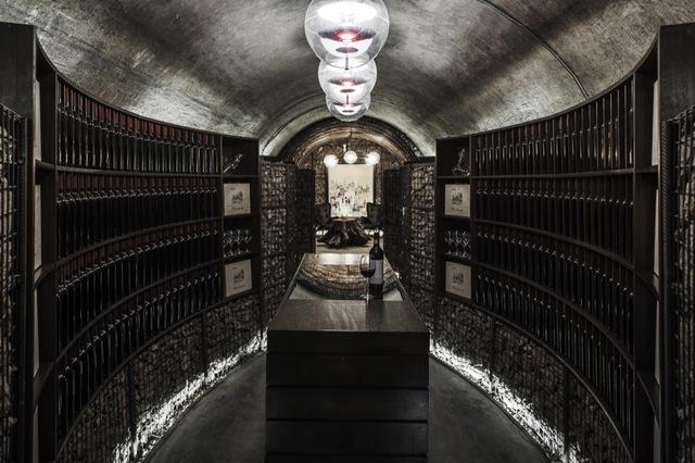 作为雨耕山文化创意产业的支柱产业——中西酒文化,雨耕山酒窖打造了全国最大的私人酒窖群以及综合性最强的葡萄酒文化体验空间。通过多媒体长廊,微型葡萄酒博物馆,葡萄酒品鉴长廊,葡萄酒主题餐厅等多功能配合,提供360度的葡萄酒文化体验,已经成为华中一带新兴的人文旅游景点,目前正在创建4A级旅游景区。整个项目秉承了了就地取材和变废为宝的国际领先环保设计理念,以施工过程中挖出的岩石为主建材,完成了此项目的主体界面设计。
