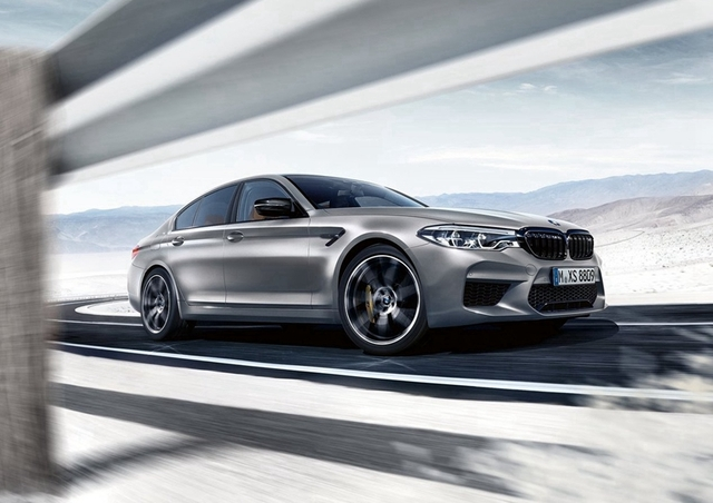 "BMW M5 Competition的双肾格栅、外后视镜盖、后扰流板等多处都采用了运动车型的""标配""——熏黑处理,甚至连车尾的标识上也变成了黑色,以此来彰显它强大的性能。"