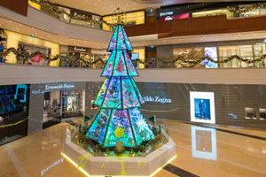 32 幅彩绘有机玻璃旋转圣诞树亮相澳门壹号广场